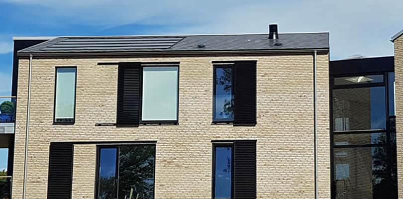 Solceller integreret på taget af rækkehus