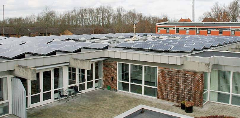 Solceller på taget af skole